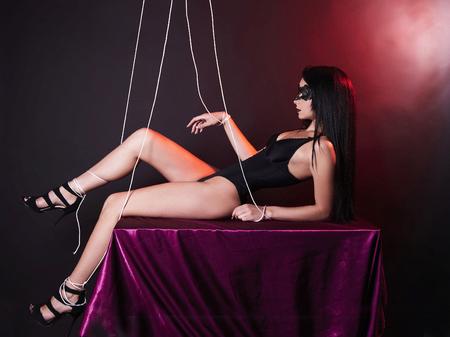 pop meisje in masker en sexy ondergoed. mooi lichaam marionet vrouw in onder controle Stockfoto