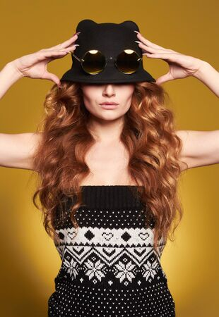 Beautiful woman in hat and sunglasses. Curly Hair girl. beauty fashion portrait Stockfoto