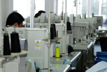 maquinas de coser: fila de m�quinas de coser en el taller de
