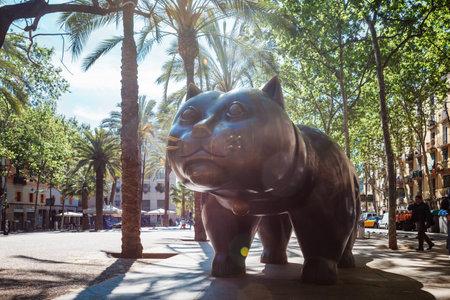 バルセロナのエル ・ ラバル地区で猫のバルセロナ, スペイン - 2016 年 4 月 20 日: 彫刻エル ・ ガトー ・ デ ・ ボテロ 報道画像