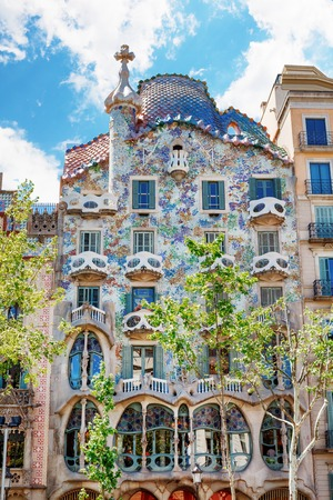 바르셀로나, 스페인 - 2016년 4월 17일 : 집 카사 Battlo 또는 그의 유명한 표현주의 스타일 Antoni가 우 디에 의해 설계 뼈의 THR 집의 외관