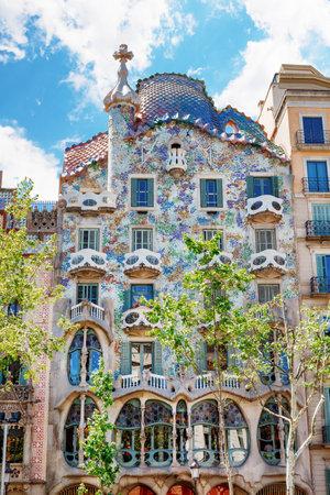 Barcelona, Spanje - 17 april 2016: De gevel van het huis Casa Battlo of thr huis van de botten ontworpen door Antoni Gaudi met zijn beroemde expressionistische stijl