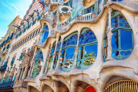 Barcelona, ??Spanien - 17. April 2016: Die Fassade des Hauses Casa Battlo oder thr Haus von Knochen von Antoni Gaudi entworfen mit seinem berühmten expressionistischen Stil Editorial