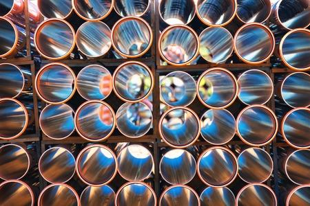 Fondo de coloridos grandes tubos de plástico de color naranja para el agua caliente que se utiliza en la obra de primer plano pila de pvc fuera del almacén Foto de archivo - 64016879