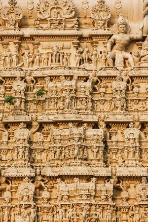 Thiruvananthapuram, India - Padmanabhaswamy 사원의 외관은 Dravidian 스타일로 지어졌으며 주요 신성 인 Vishnu가 그것에 모셔져 있습니다. 템플, 조각의 아키텍처 정
