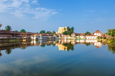 Thiruvananthapuram, India - Padmanabhaswamy 사원은 Dravidian 스타일로 지어졌습니다. 그리고 주요 신성 인 Vishnu가 그것에 모셔져 있습니다.