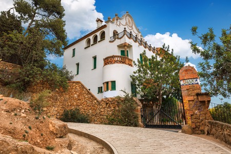 Barcelona, ??España - 19 de abril, 2016: Edificio Casa Trias e Domenech en el Parque Güell, diseñado por Antoni Gaudí. Cámara de abogado Editorial