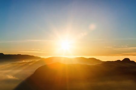 아름 다운 풍경입니다. 산 체인에 일출 스리 Pada 아담의 피크에서 구름에 Samanala. 스리랑카.