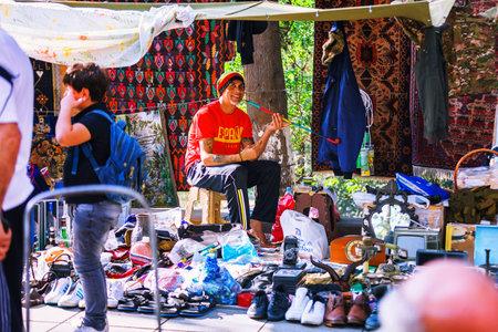 トビリシ, ジョージア - 2016 年 10 月 8 日: トビリシの乾燥橋フリー マーケットに正体不明のラスタファリ売主販売ソ連バッジとアイコン、レトロ ジ