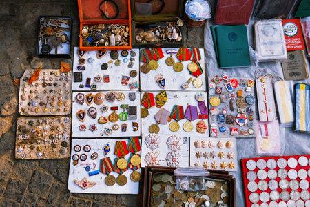 トビリシ, ジョージア - 2016 年 10 月 8 日: トビリシの乾燥橋フリー マーケットがソ連バッジとアイコン、レトロ ジャンクもの、古いお金を販売して