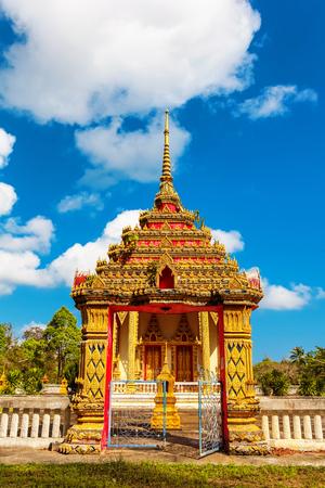 Bello tempio Wat Samai Kongka su Ko Pha Ngan, Tailandia un giorno soleggiato Archivio Fotografico