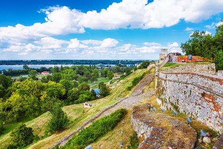 ベオグラードの要塞や Beogradska Tvrdjava 成っている古い城砦とカレメグダン公園川サヴァとドナウ川、現代のベオグラードの市街地での合流をセルビ 写真素材