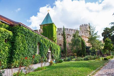 聖なる母の神 Crkva 夜露のベオグラード要塞や Beogradska Tvrdjava の教会はセルビアの首都古い城砦とカレメグダン公園の川サヴァとドナウ川、現代のベ