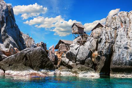 A vila de pescadores colocada na grande rocha, Moo Koh Chumphon, parque nacional, província de Chumohon, na Tailândia. Bird's Nest Colecionadores Bungalows empoleirados em Ko Ngam Noi Banco de Imagens