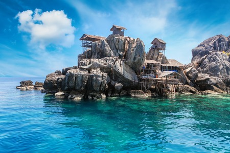 The fisherman village placed on the big rock, Moo Koh Chumphon, national park, Chumohon province, Thailand. Bird's Nest Collectors' Bungalows perched atop Ko Ngam Noi Banque d'images