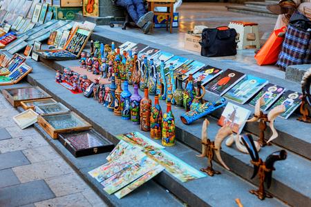 Dry Bridge Flohmarkt in Tiflis verkauft Schmuck, Silber, Bücher, Socken, Souvenirs. Bekanntester Flohmarkt in Georgia.