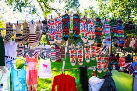 トビリシ、ジョージア州 - 08 10月、2016:トビリシのドライブリッジフリーマーケットは、ジュエリー、銀、本、靴下、お土産を販売しています。ジョ