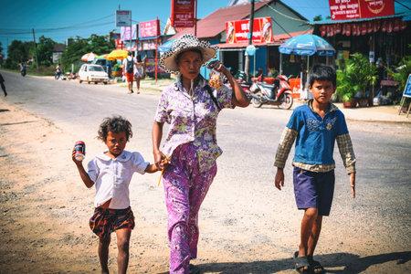 Sihanoukville, Cambodia - January 18, 2015: Cambodian kids play in slum village near Otres Beach in Sihanoukville, Cambodia 新聞圖片