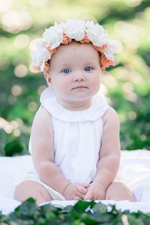 Niña de 8 meses de edad retrato mirando hacia la cámara al aire libre en la luz del sol. Foto de archivo - 86954245
