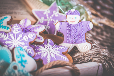 Gingerbread christmas cookies, snowflakes an gingerman. Knitted scarf and cinnamon sticks. 2019 New Year. Foto de archivo