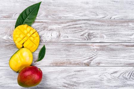 Mango. Frutas tropicales. Sobre un fondo de madera. Vista superior. Copia espacio