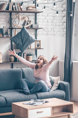 Happy redhair woman with amazing smile laughing in her room. Indoor portrait of emotional woman in the loft fun in morning Archivio Fotografico - 127801970