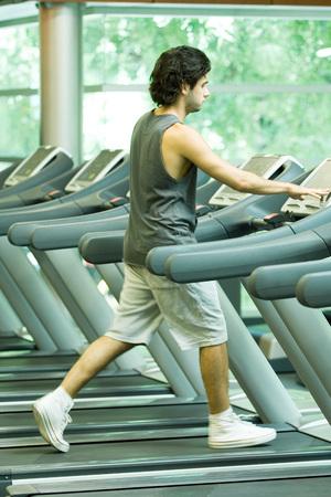 Man walking on treadmill LANG_EVOIMAGES
