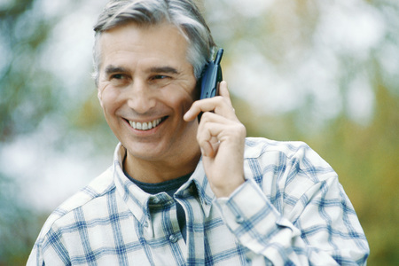 Mature man using cell phone LANG_EVOIMAGES