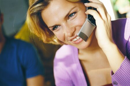 Woman using cell phone, close-up LANG_EVOIMAGES