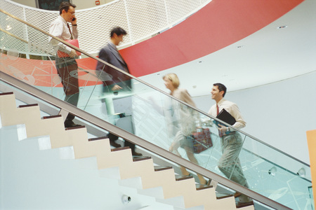 bajando escaleras: Ejecutivos de negocios subiendo y bajando la escalera LANG_EVOIMAGES