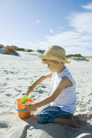 arrodillarse: Child playing in sand