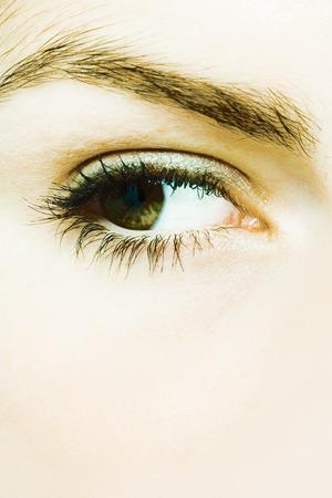 desconfianza: Young womans eye, extreme close-up