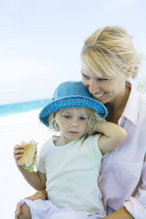 sunhat: Family having picnic on beach LANG_EVOIMAGES