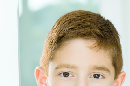 optimismo: Cropped view of boy, portrait