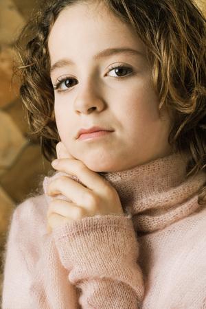 Girl holding hands under chin, portrait LANG_EVOIMAGES