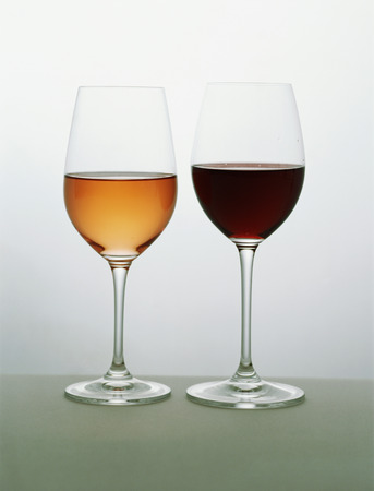 Two glasses of wine side by side, rose and red LANG_EVOIMAGES