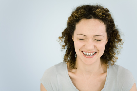 Woman laughing, eyes closed, portrait LANG_EVOIMAGES