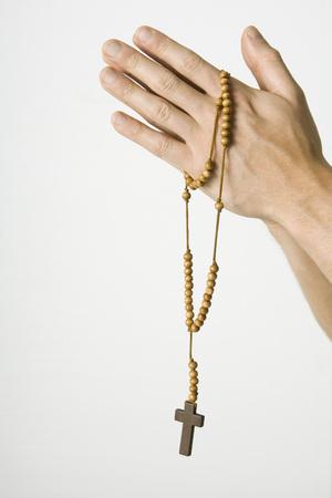 Verschränkte Hände halten Rosenkranz mit Kruzifix, beschnittene Ansicht LANG_EVOIMAGES