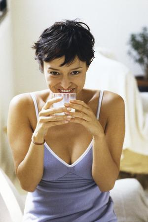 buen vivir: Mujer, vaso de leche