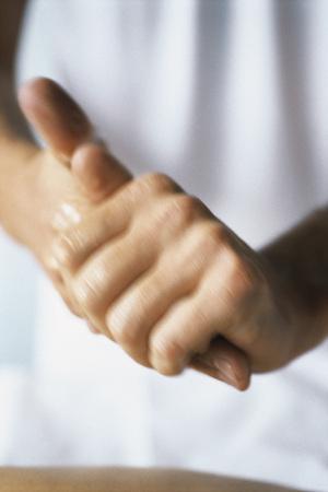 Massage therapist rubbing hands together, cropped LANG_EVOIMAGES
