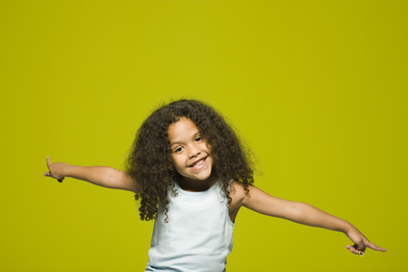 Little girl with arms outstretched, portrait LANG_EVOIMAGES