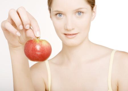 levantar peso: Mujer sosteniendo la manzana LANG_EVOIMAGES