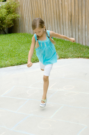 salto de valla: Girl playing hopscotch LANG_EVOIMAGES