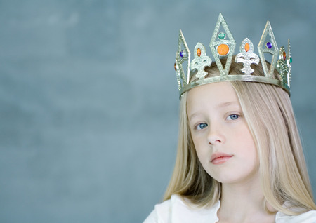 niños vistiendose: Muchacha con corona