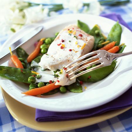 enano: Plato de pescado y verduras de primavera, primer plano