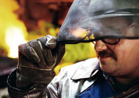 Man wearing protective mask, holding eyeshade LANG_EVOIMAGES