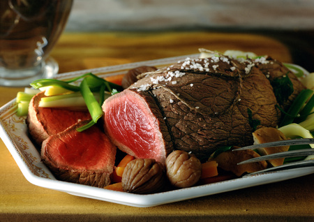 carnes y verduras: Roast beef with vegetables on dish, close-up LANG_EVOIMAGES