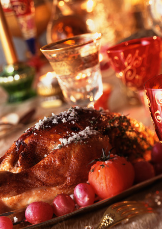 carnes y verduras: Roast chicken with vegetables, wine glasses in background, close-up LANG_EVOIMAGES
