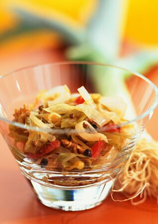 enebro: Leek salad with tomatoes and walnuts, close-up LANG_EVOIMAGES