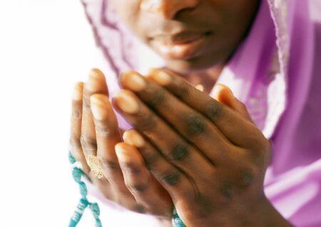 Schließen Sie oben von den Händen der Frau im Gebet